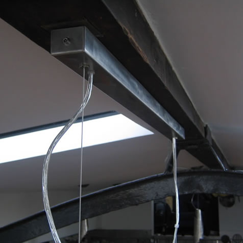 Hanglampen boven de eettafel en keukenlampen - Plafond met balk ...