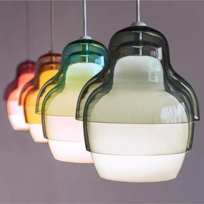 glas hanglampen in rood, geel, grijs en groen